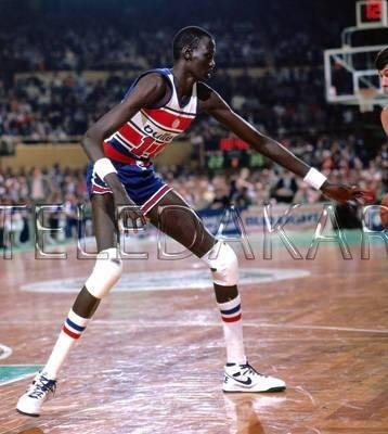 photos officielles 214eb 3f218 Photos - Manute Bol le joueur de Basket le plus grand au ...