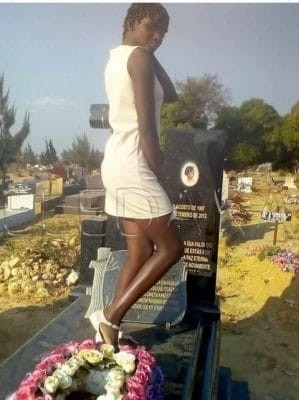photos- Une fille prend la pose sur la tombe de sa mère  %Post Title