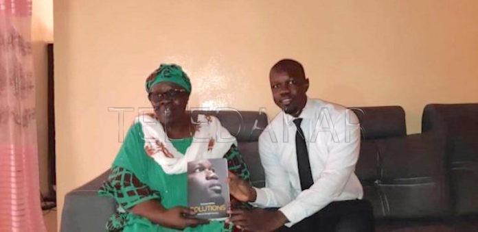 Arrêt sur image - Ousmane Sonko offrant son nouveau livre « SOLUTIONS » à sa maman…  %Post Title