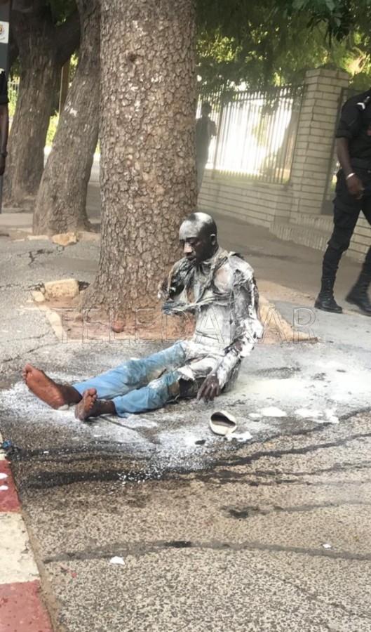 Photos - Urgent: Ce jeune s'immole devant le Palais présidentiel  %Post Title