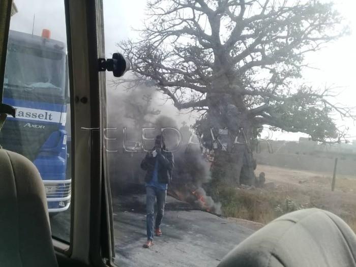 Un chauffard ivre fauche mortellement deux individus, les habitants brûlent des pneus et barrent la route en guise de manifestation  %Post Title