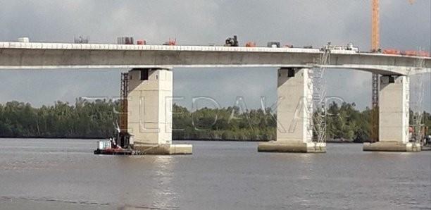 Habitués au racket, les policiers gambiens ferment le pont et orientent les voyageurs vers le vieux ferry  %Post Title