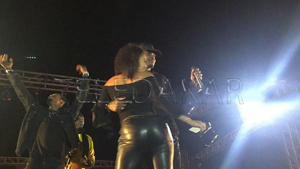 Concert à Rufisque : La danse sensu$lle entre Waly Seck et une belle Fan  %Post Title