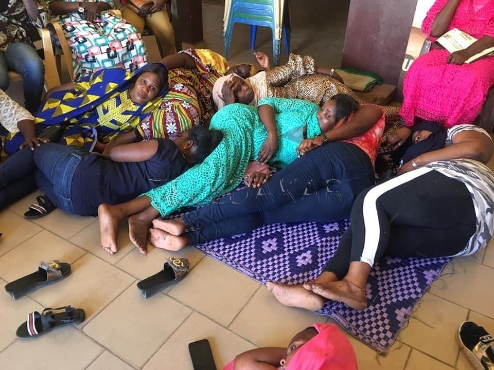 Photos -  la jeunesse féminine de l'apr du département de pikine son en grève de la faim au siège départemental