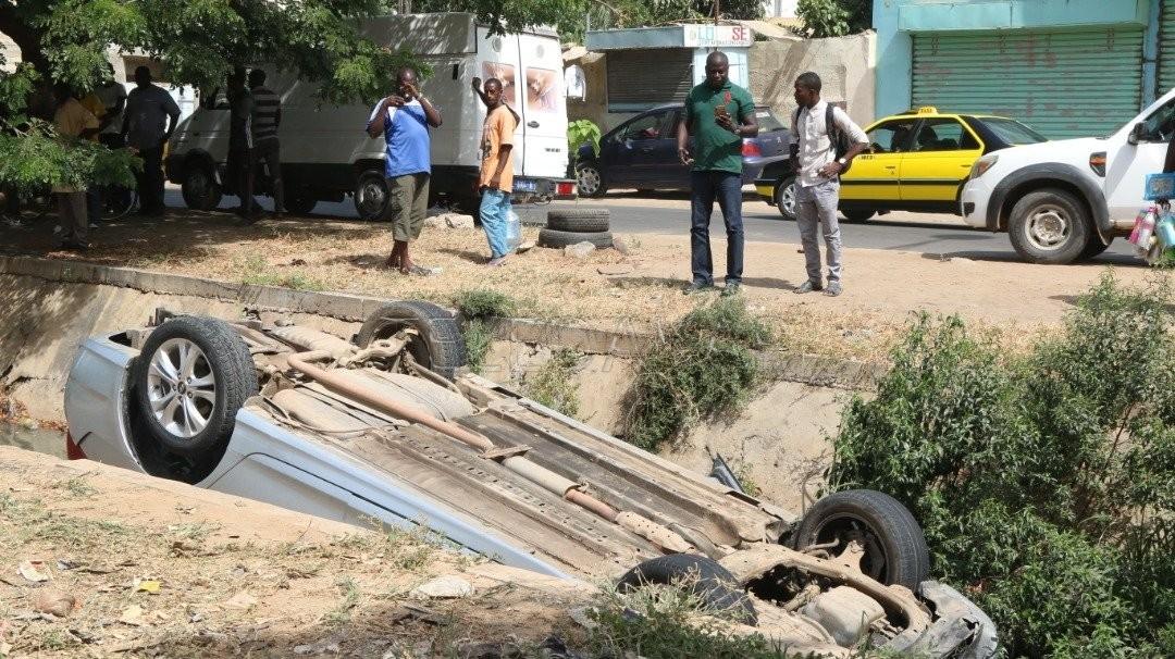 Fass : Une voiture finit sa course dans le canal d'évacuation.